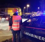 Gli sequestrano lo scooter, minaccia i carabinieri