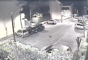 I ladri mentre spingona l'auto per non fare rumore