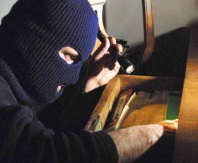 Si svegliano e trovano i ladri in casa, caccia agli incappucciati
