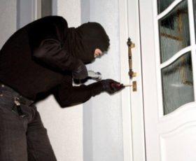 Bloccato rumeno per furto in casa
