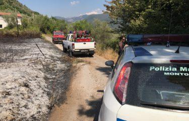 Paura a Montoro in  via Cesina, fiamme vicino alle case popolari, la Pro Civis sul posto in 5 minuti
