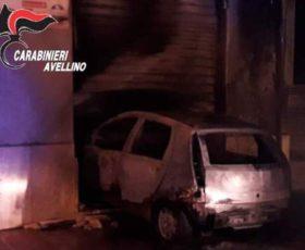 Contrada, sfondano con l'auto rubata a Montoro una serranda di un negozio che prende fuoco