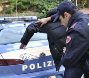 Salerno: extracomunitario in escandescenza  nel centro cittadino, denunciato dalla Polizia di Stato