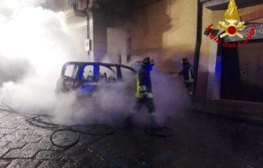 Avellino – Auto in fiamme nella notte, intervengono i Vigili del Fuoco