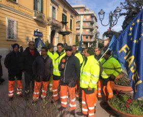 Baronissi, protestano i 20 operatori ecologici dipendenti della Am Tecnology: lavoratori senza stipendio