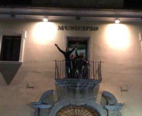 La festa di Girolamo Giaquinto  Sindaco di Montoro, si affaccia dai balconi dei municipi acclamato dalla folla