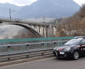 Donna 38enne tenta il suicidio lanciandosi dal ponte,  Maresciallo dei carabinieri la salva