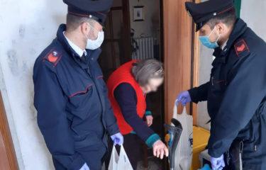 Anziana sola a casa e senza cibo, i carabinieri gli portano cibo e le fanno compagnia