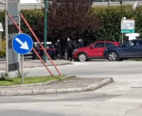 Solofra. Paziente si allontana dal reparto psichiatria del Landolfi e si siede sul muretto vigilato dai carabinieri, in attesa del padre