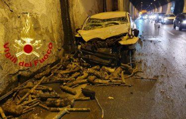 Solofra, galleria monte Pergola – auto tampona un camion che trasporta legna, in due in ospedale