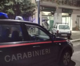 Sfondano il bancomat con la Panda, ladri messi in fuga dai carabinieri