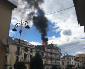 Mercato San Severino, a fuoco una mansarda in pieno centro, attimi di paura