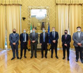Il presidente della Camera Fico consegna il ritratto di Matteo Angelo Galdi al sindaco Morra