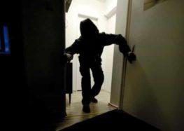 Ladri con passo felpato portano via una cassaforte da un appartamento al centro di Piazza di Pandola